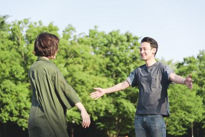 ハグをする若いカップル
