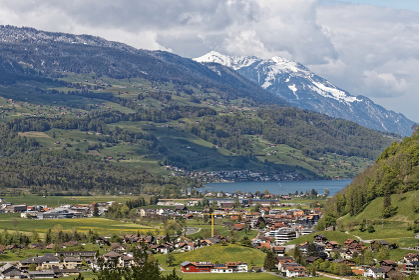 Giswilサービスエリア展望台からザルナー湖とGiswilの街を スイス