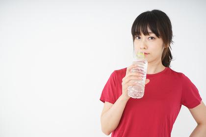 スポーツ中に水分補給をする女性