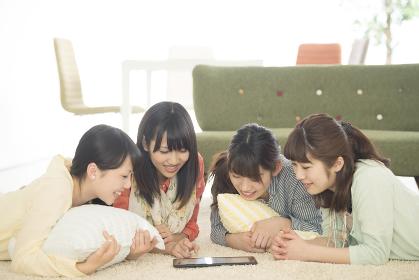タブレットPCを見る4人の女性