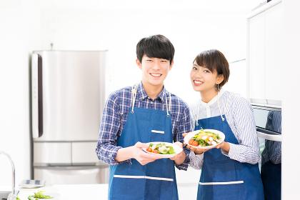 野菜のサラダ・楽しそうなカップル