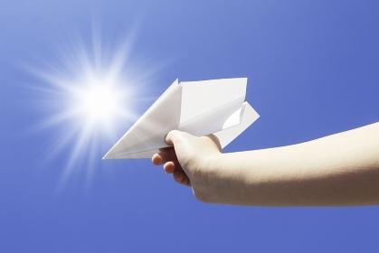 紙飛行機と青空