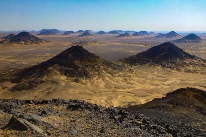 エジプト・バフレイヤの玄武岩でできたワイルドな黒砂漠