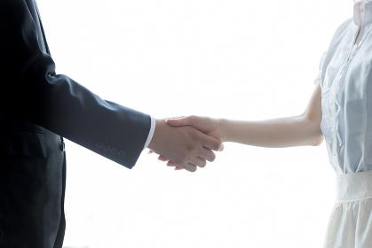 ビジネスイメージ・握手(男女)