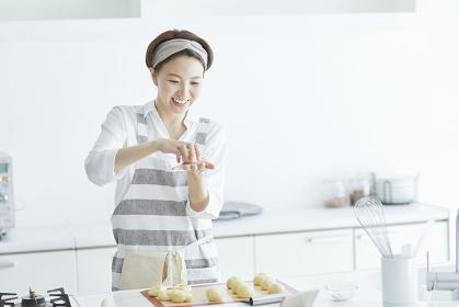 パン生地を成形している日本人女性