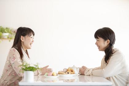 ティータイムを楽しむ2人の女性