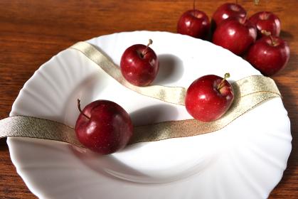 姫リンゴと金色のリボンで皿を飾り付ける 3