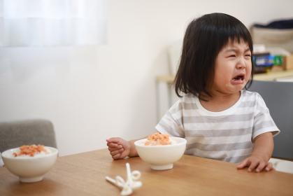 食事を嫌がる女の子