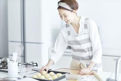 パン生地を並べる日本人女性