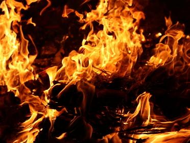 激しく燃える赤い炎の画像