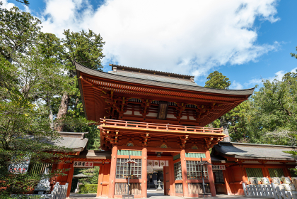 青空と香取神宮の総門