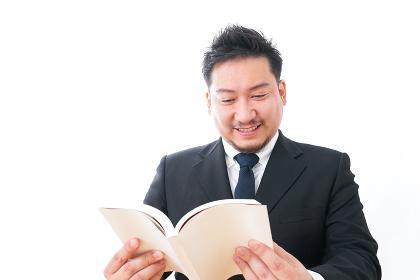 読書をするビジネスマン