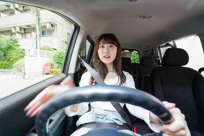 交通事故にあう女性