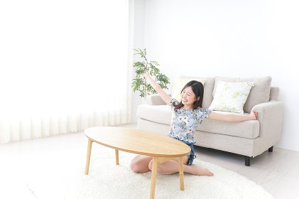 一人暮らしの自宅でのんびりする女性
