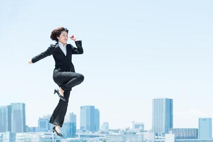 ジャンプするビジネスウーマン