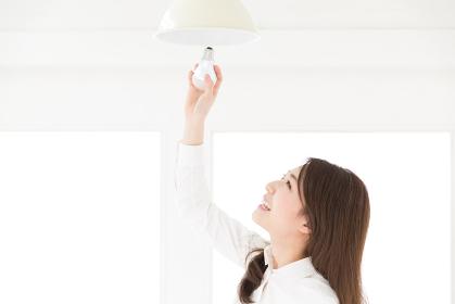 LED電球を替える女性
