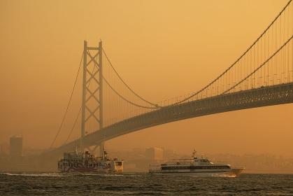 連絡船と明石海峡大橋