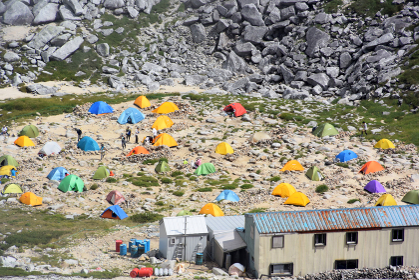 信州の木曽駒ケ岳のテント場 トレッキング キャンプ 山小屋 岩場 夏休み アウトドア 登山