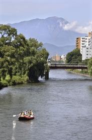 初秋の盛岡・北上川に架かる旭橋と岩手山