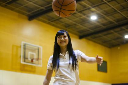 バスケットボールをする女の子