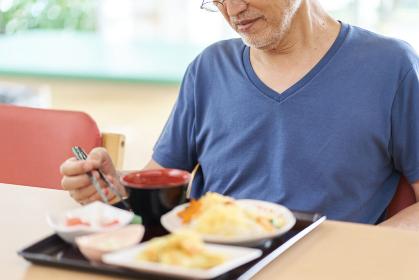 介護施設で食欲不振な高齢者