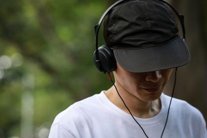泣きながら音楽を聴く男性