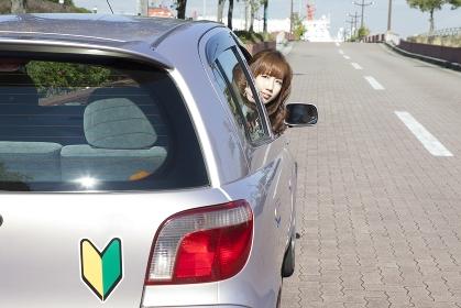 運転席から振り返る、初心者の女性