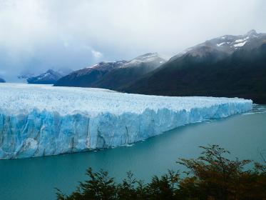アルゼンチン・パタゴニア地方のペリトモレノにて巨大な氷河群の先端部