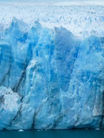 アルゼンチン・パタゴニア地方のペリトモレノにて巨大な氷河群の先端部クローズアップ