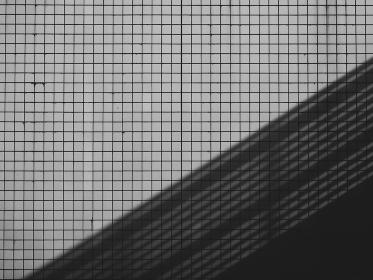白いいタイルの外壁と斜めのシルエット