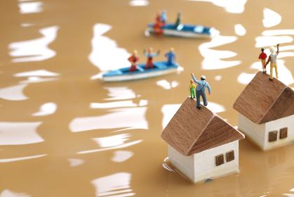 水害によって水浸しになった街と助けを求める人々のジオラマ