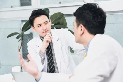 医療方針を相談する医師達