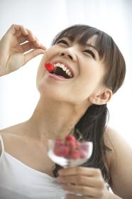 サクランボを食べる女性