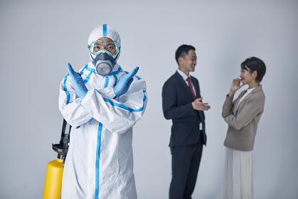 外出自粛を促す防護服を着用する男性