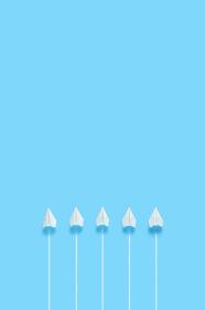 横一列に並んで飛ぶ5機の紙飛行機 2