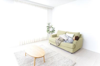 家で寝る女性
