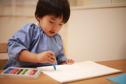 お絵描きする幼稚園児