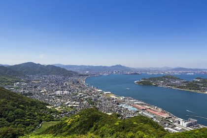 風頭から見た、五月晴れの関門海峡と北九州市街地と彦島