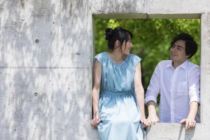 公園で談笑するカップル