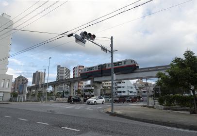 モノレールが走る沖縄の街並み