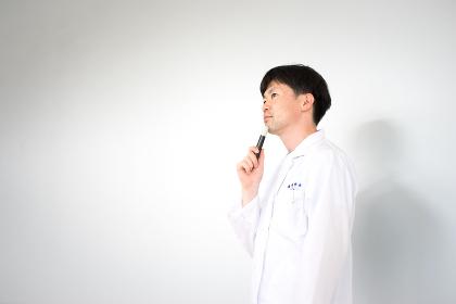 白衣の男性(医療・研究イメージ・白バック)