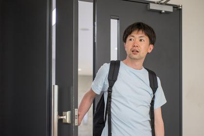 ドアを開ける男性(ビックリ・驚く・表情)