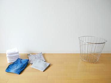 洗濯物と洗濯カゴ