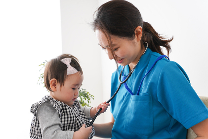 赤ちゃんの診察をする若いドクター