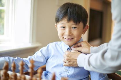 チェスをする日本人の男の子