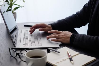 ビジネスイメージ:パソコン操作・右手キーボード・左手タッチパッド