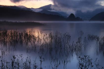 朝焼けに染まる秋元湖