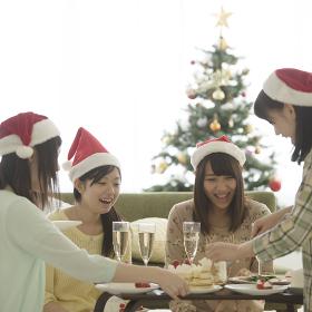 クリスマスパーティーをする4人の女性