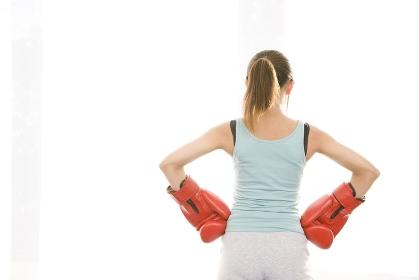 ボクシンググローブをはめた女性の後ろ姿