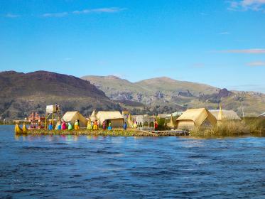 ペルー・プーノ近くチチカカ湖の浮島ウロス島に住むインディヘナの人々